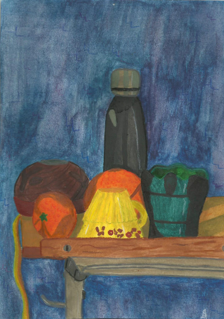 Nature morte, gourde, orange, gobelet, tasse, diffuseur d'huiles essentielles l'ensemble sur une table à dessin industriel