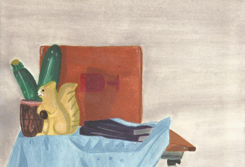 nature morte, écureuil, courgettes, livres et cartons sur un torchon de cuisine posé sur une table à dessin